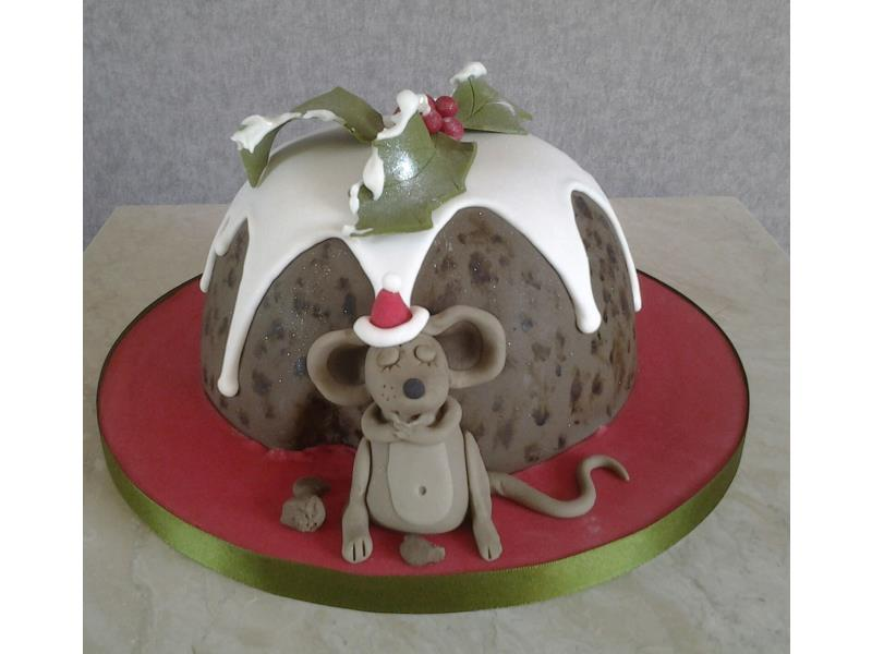 Christmas sponge cake or Christmas pudding? Vanilla sponge cake with a very full mouse!